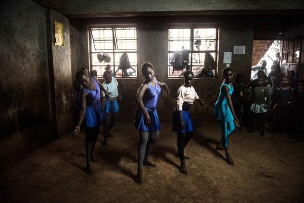 ภาพถ่ายบันทึกนักบัลเล่ต์น้อยชาวเคนยา..จากความฝันสู่ความจริง