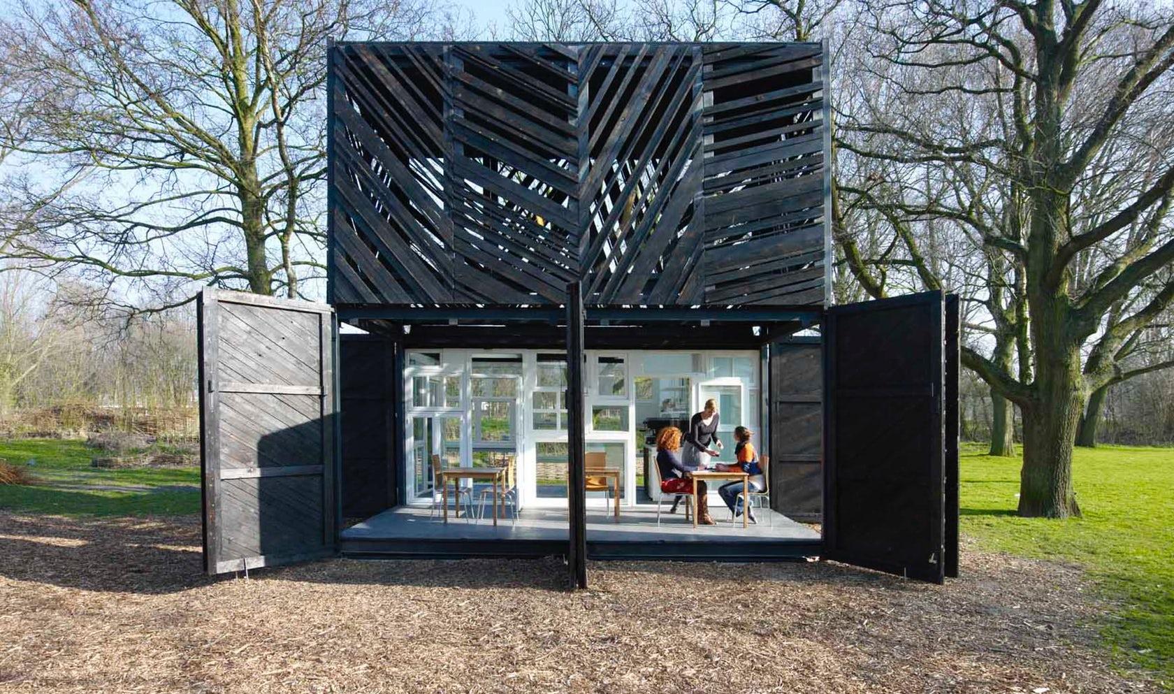 Noorderparkbar คาเฟ่รีไซเคิลในเนเธอร์แลนด์ที่สร้างจากวัสดุเหลือใช้ทั้งหมด