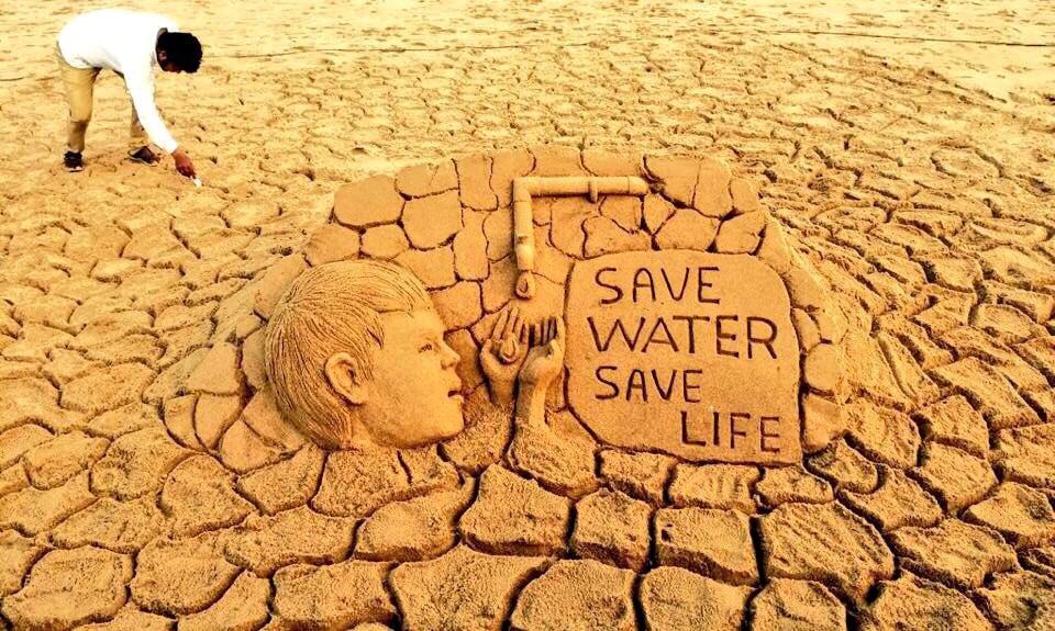 ประติมากรรมทรายริมชายหาดสร้างตระหนักรักษ์น้ำโดยศิลปินชาวอินเดีย