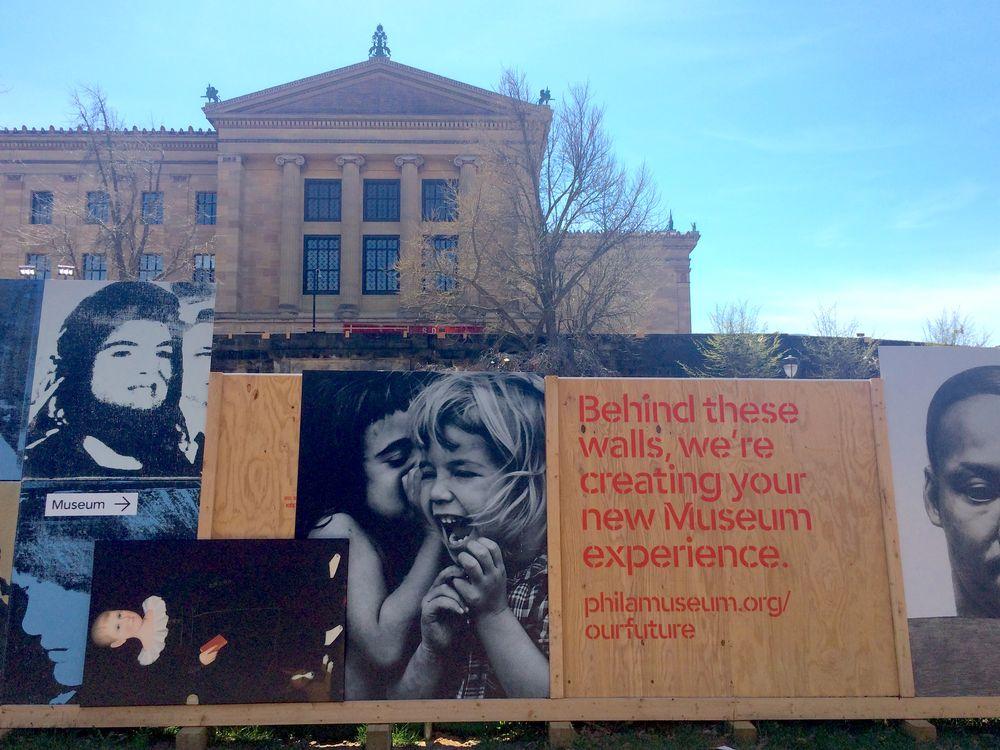 แนวคิด Constructionism เปลี่ยนกำแพงกั้นเขตก่อสร้างเป็นกำแพงแสดงงานศิลป์ที่พิพิธภัณฑ์ศิลปะฟิลาเดลเฟีย