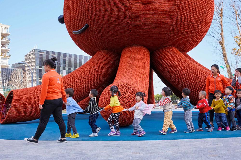 ปลาหมึกยักษ์สีแดงแสนสนุก สนามเด็กเล่นใหม่ในเมืองเซินเจิ้น