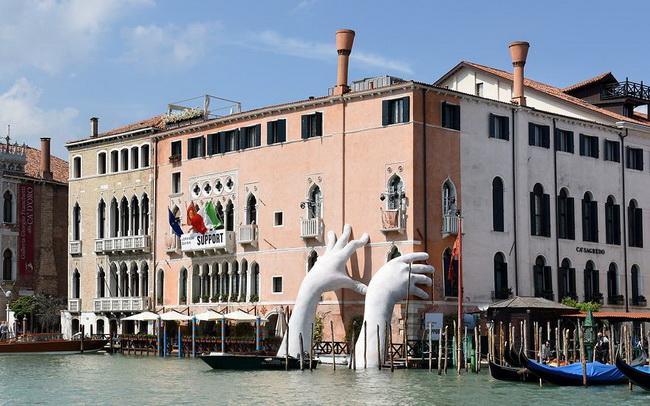 ตะลึง! สองมือยักษ์โผล่กลางเวนิสช่วยยันตึกให้พ้นจากโลกร้อน