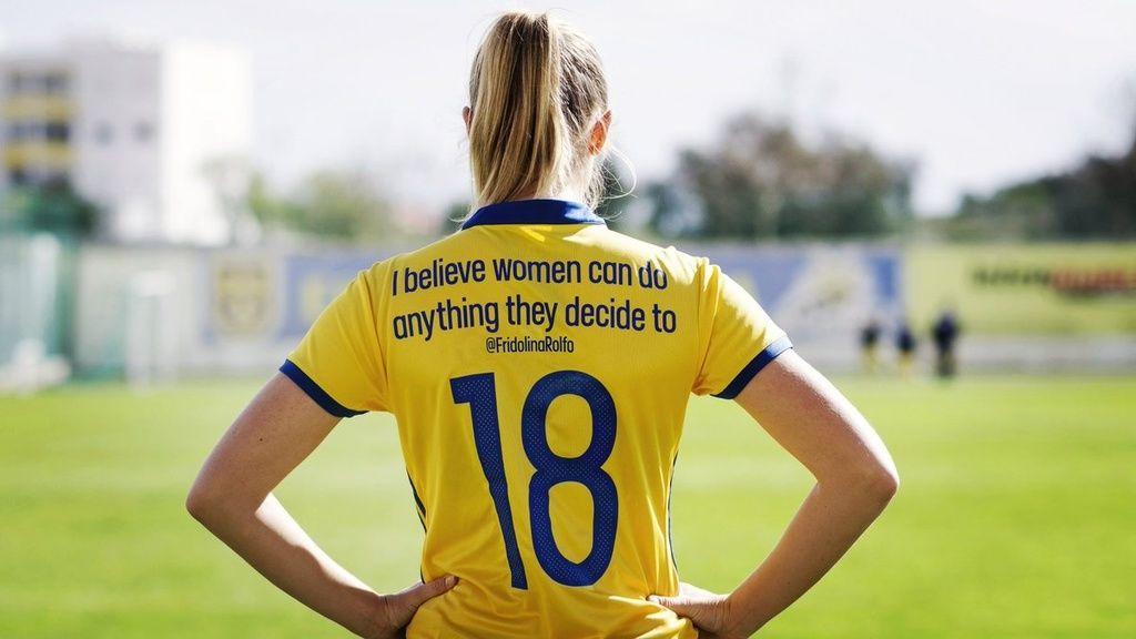 เปลี่ยนชื่อเป็นข้อความบนเสื้อทีมฟุตบอลหญิงจากสวีเดนส่งกำลังใจให้เพื่อนหญิงด้วยกัน