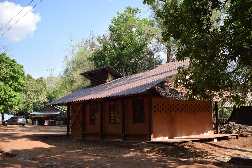 อาสาสมัครร่วมกับชาวบ้านสร้างโรงเรียนให้กับเด็กๆ ผู้ลี้ภัยชาวพม่าในแม่สอด