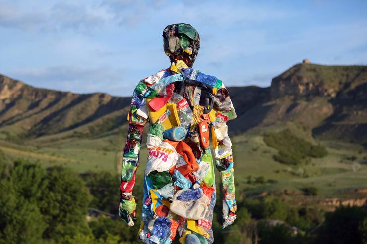 หุ่นขยะพลาสติกและหลุมมนุษย์…เงาสะท้อนปัญหาสิ่งแวดล้อมในสังคมบริโภคนิยม