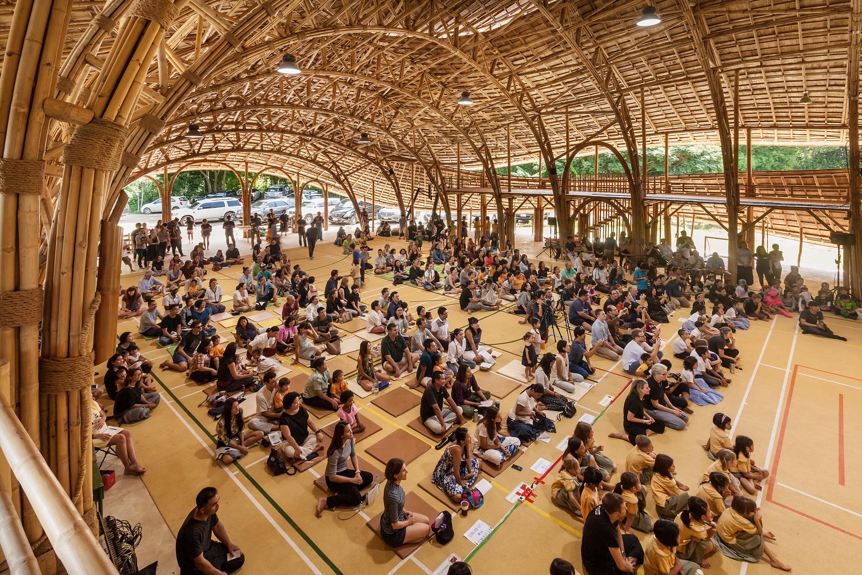สนามกีฬาในร่มจากไผ่ โรงเรียนปัญญาเด่น จ.เชียงใหม่ ผสานผู้คน สถาปัตยกรรม และธรรมชาติเข้าด้วยกัน