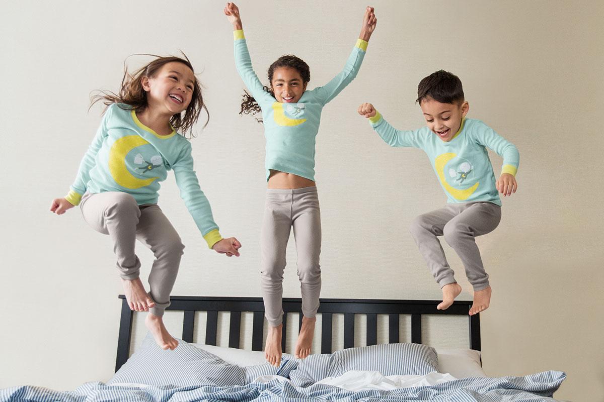 'ThreadForward' เนรมิตผ้าปูเตียงเก่าของโรงแรมให้เป็นชุดนอนเด็กสุดน่ารัก