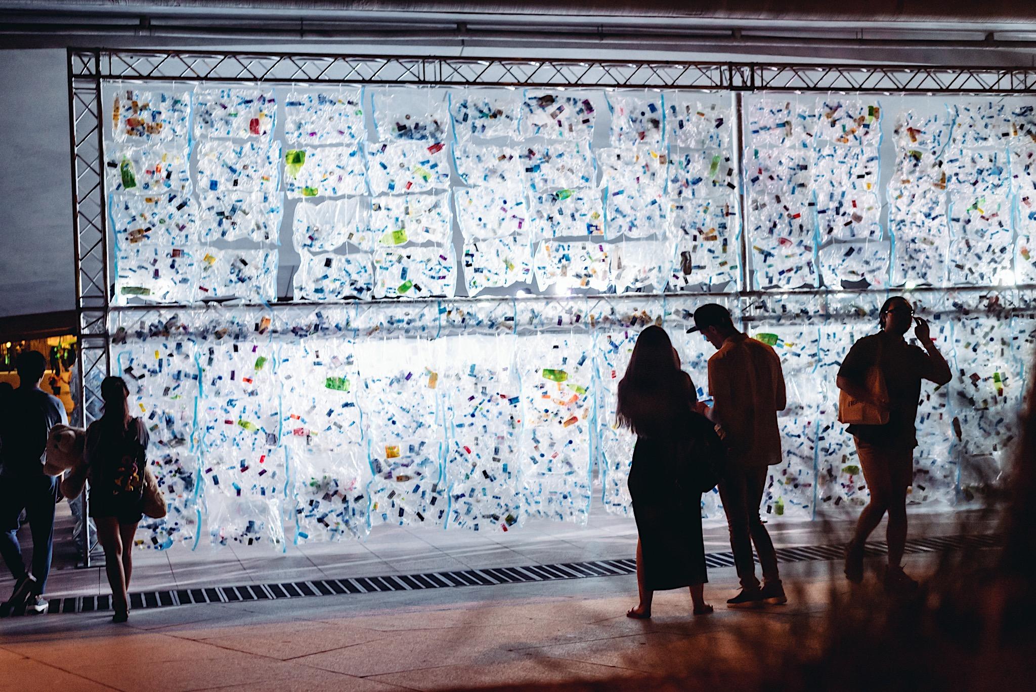 พลาสติกเจ้าปัญหา! สะท้อนผ่านกำแพงเรืองแสงขนาดใหญ่ มันกำลังล้นโลกแล้วนะ