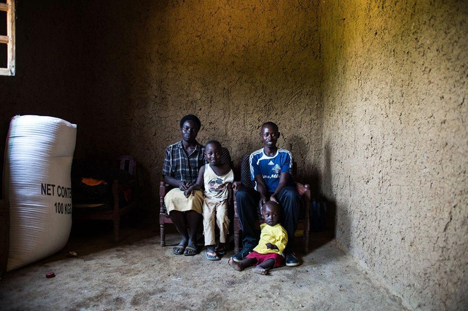 'พื้นบ้าน' ราคาประหยัด เปลี่ยนพื้นสกปรกแหล่งโรคสารพัด เป็นพื้นสะอาดขัดมันในรวันดา