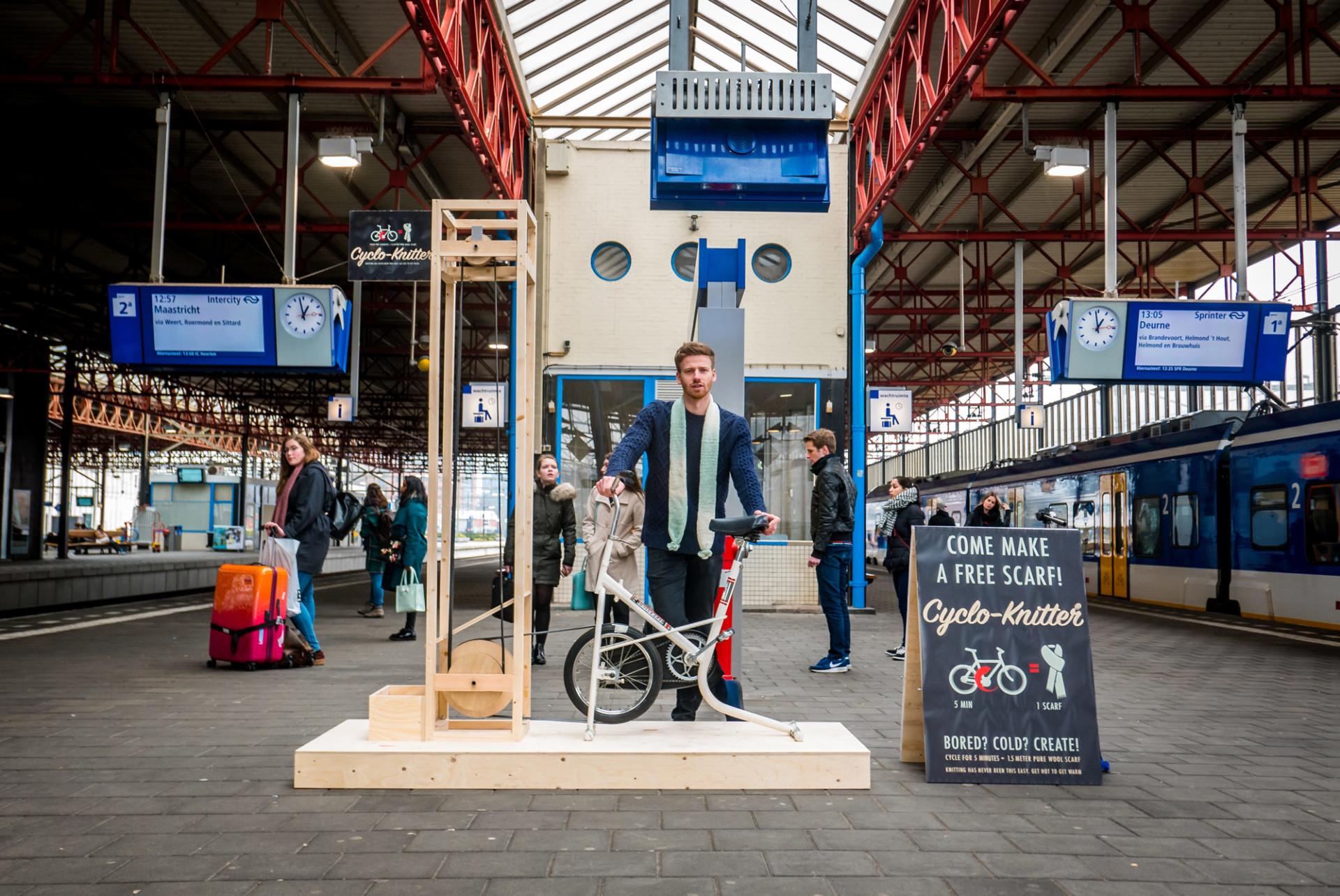 Cyclo Knitter: รถไฟฟ้ายังไม่มาอย่าเพิ่งอารมณ์เสีย ปั่นจักรยานถักผ้าพันคอรอก่อนได้!