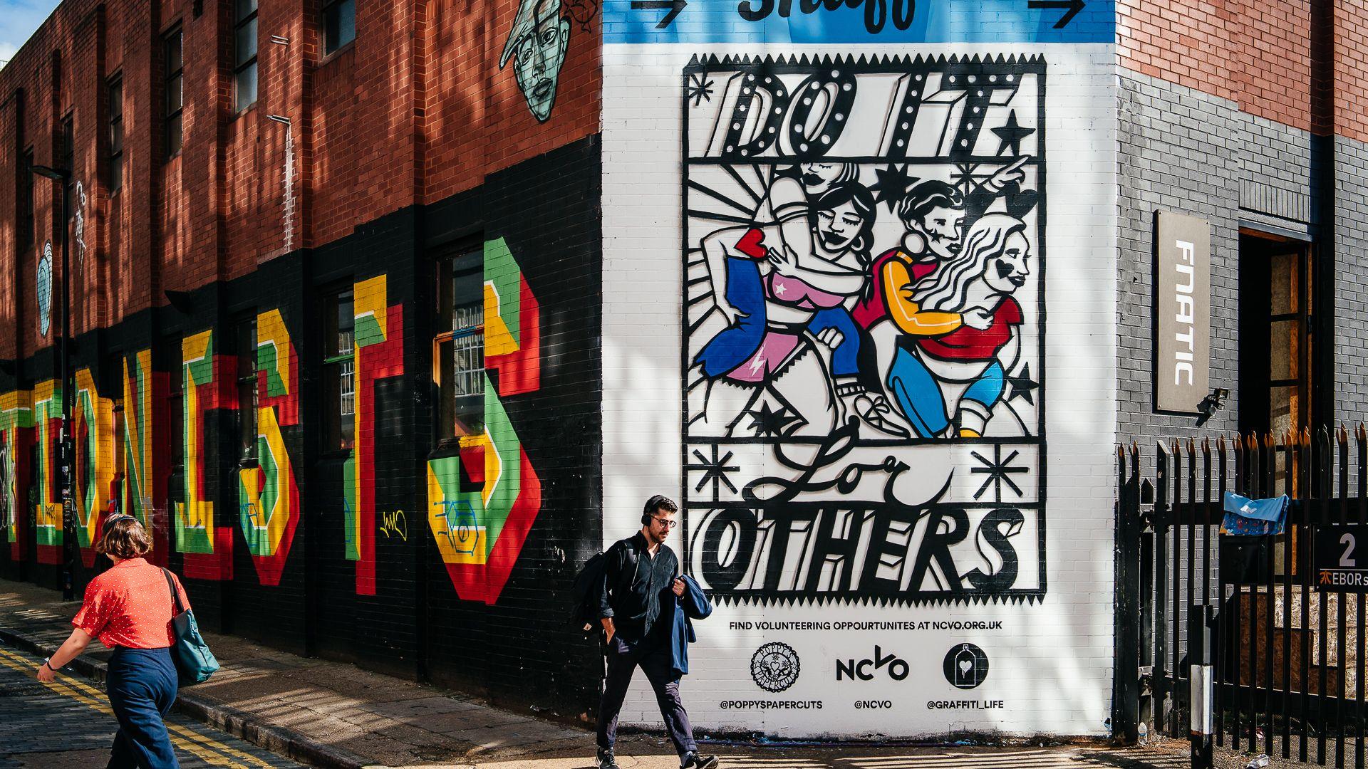 สตรีทอาร์ตในลอนดอนชวนคนเป็นอาสาสมัครด้วยศิลปะตัดกระดาษ