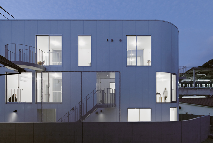อพาร์ทเม้นท์ขนาดย่อมแบ่งพื้นที่จำกัดของการอยู่อาศัยร่วมกันแบบมากประโยชน์