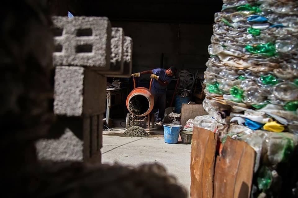 อิฐบล็อกจากขวดพลาสติกรีไซเคิล ช่วยลดขยะและแก้ปัญหาที่อยู่อาศัยในอาร์เจนติน่า