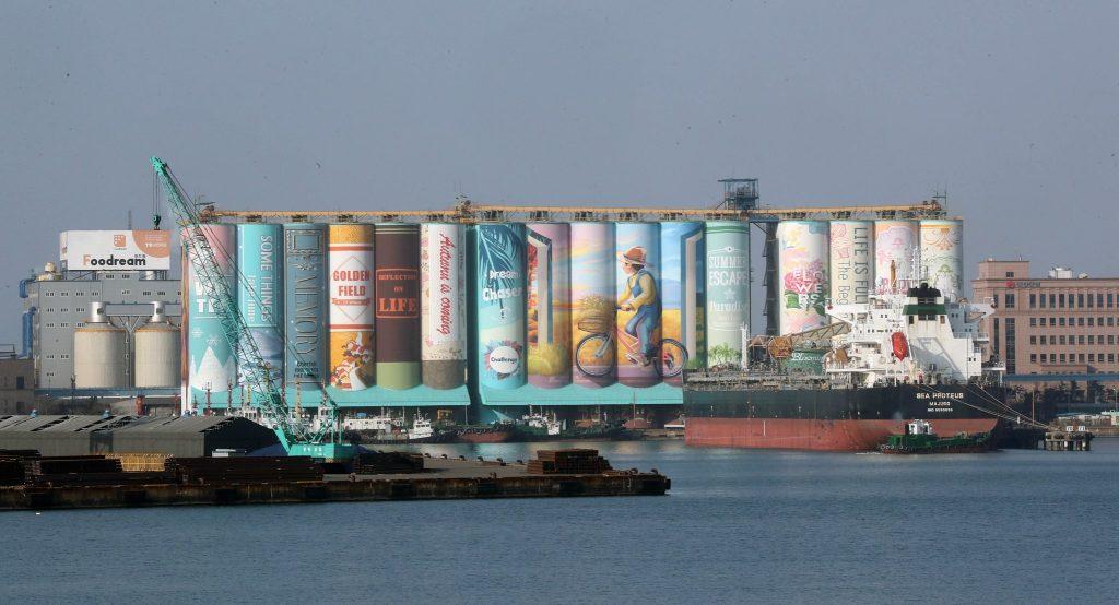 เปลี่ยนไซโลยักษ์ให้กลายเป็นหนังสือ จิตรกรรมบนสิ่งปลูกสร้างที่ใหญ่ที่สุดในโลก