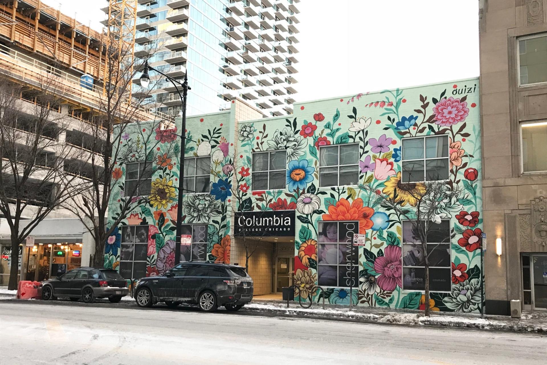 ดอกไม้ท้องถิ่นงดงามบนกำแพงใหญ่สร้างความสดใสให้กับเมือง