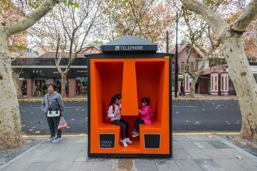 เซี่ยงไฮ้เปลี่ยนตู้โทรศัพท์ร้างเป็นตู้นั่งเล่น อ่านหนังสือ พร้อมฟรี WiFi