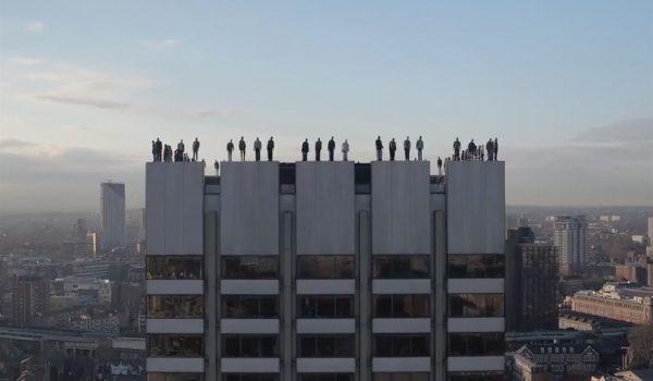 Project 84: ประติมากรรมบนยอดตึก สะท้อนปัญหาการฆ่าตัวตายทุก 2 ชม.ในลอนดอน