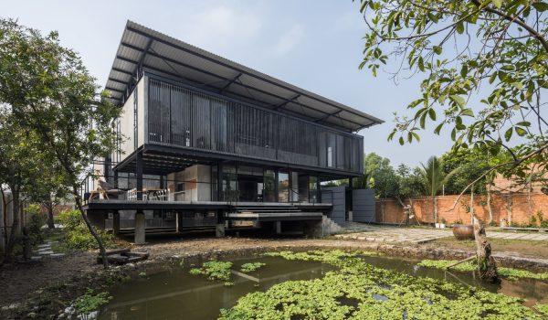 บ้านและสตูดิของศิลปินเวียดนามกับสถาปัตยกรรมพื้นถิ่นที่งดงามด้วยวัสดุดิบๆ