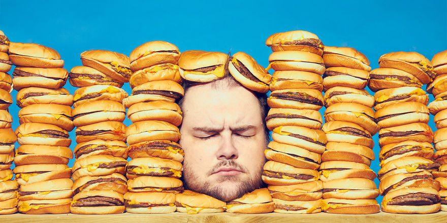 Discomfortfood ภาพถ่ายตัวเองของศิลปินช่างภาพที่ติดอาหารขยะ เขาอยากบอกอะไรคุณ