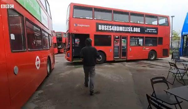 Buses4homeless เปลี่ยนรถเมล์เก่าเป็นที่พัก ห้องอาหาร และห้องเรียนให้คนไร้บ้าน