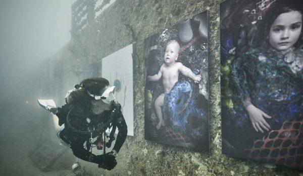 Plastic Ocean ภาพถ่ายขยะพลาสติกจัดแสดงใต้สมุทร รณรงค์รักษ์สิ่งแวดล้อม