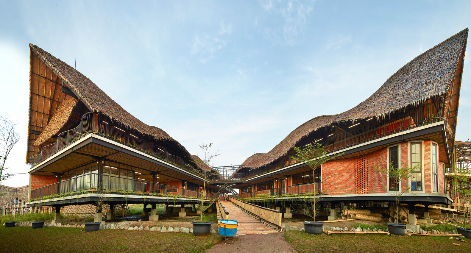 Alfa Omega School ในอินโดนีเซีย ใช้ช่างฝีมือและวัสดุในท้องถิ่น สร้างเสร็จภายใน 4 เดือน