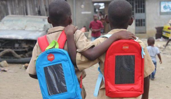 'Solarpak' กระเป๋าเป้พลังงานแสงอาทิตย์ พร้อมโคมไฟช่วยเด็กในพื้นที่ห่างไกลทบทวนบทเรียนยามค่ำคืน