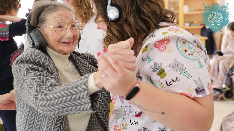 Música para Despertar เพิ่มความสุขและบรรเทาอาการของผู้ป่วยอัลไซเมอร์ด้วยเสียงดนตรี