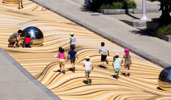 Moving Dunes เปลี่ยนถนนธรรมดาให้เป็นพื้นทรายพิศวง สร้างปฏิสัมพันธ์ชวนคนเข้าชมศิลปะในพิพิธภัณฑ์