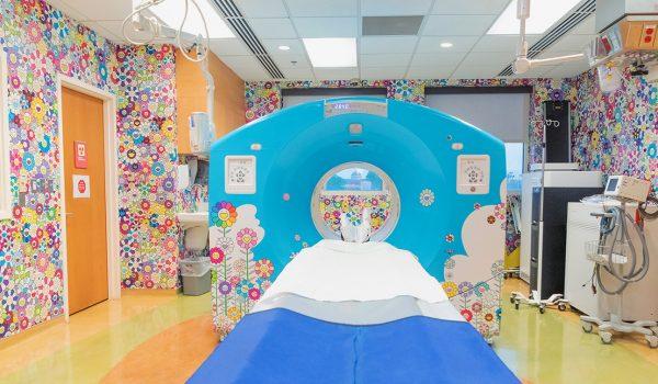 เปลี่ยนห้อง CT/PET Scan ในโรงพยาบาลเด็กให้เป็นสวนดอกไม้สดใสของ Takashi Murakami