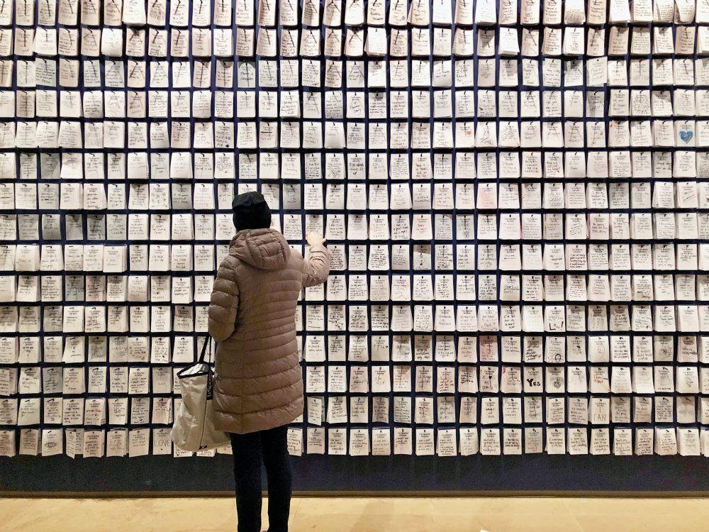 ศิลปิน Candy Chang ชวนผู้คนร่วมบอกเล่าความรู้สึกผ่าน 'อนุสาวรีย์แห่งความกังวลและความหวัง'
