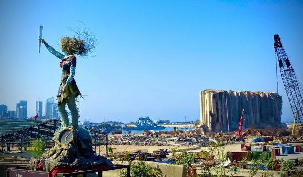 ศิลปิน Hayat Nazer สร้างประติมากรรมไว้อาลัยแด่ผู้สูญเสียจากเหตุระเบิดครั้งใหญ่ในเลบานอน