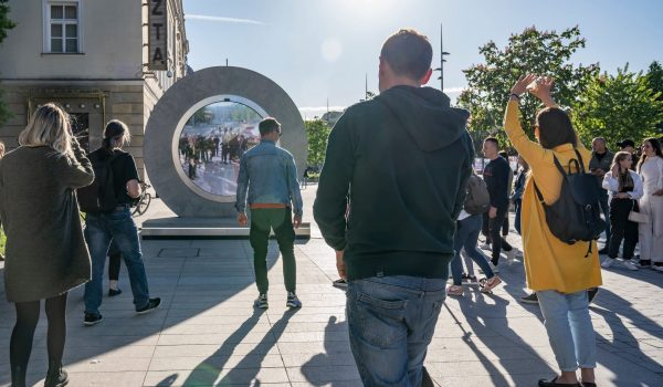 'Portal' โปรเจ็กต์จอกลมขนาดใหญ่ที่เชื่อมโลกกลมๆ และคนแปลกหน้าให้ได้รู้จักทักทายกัน
